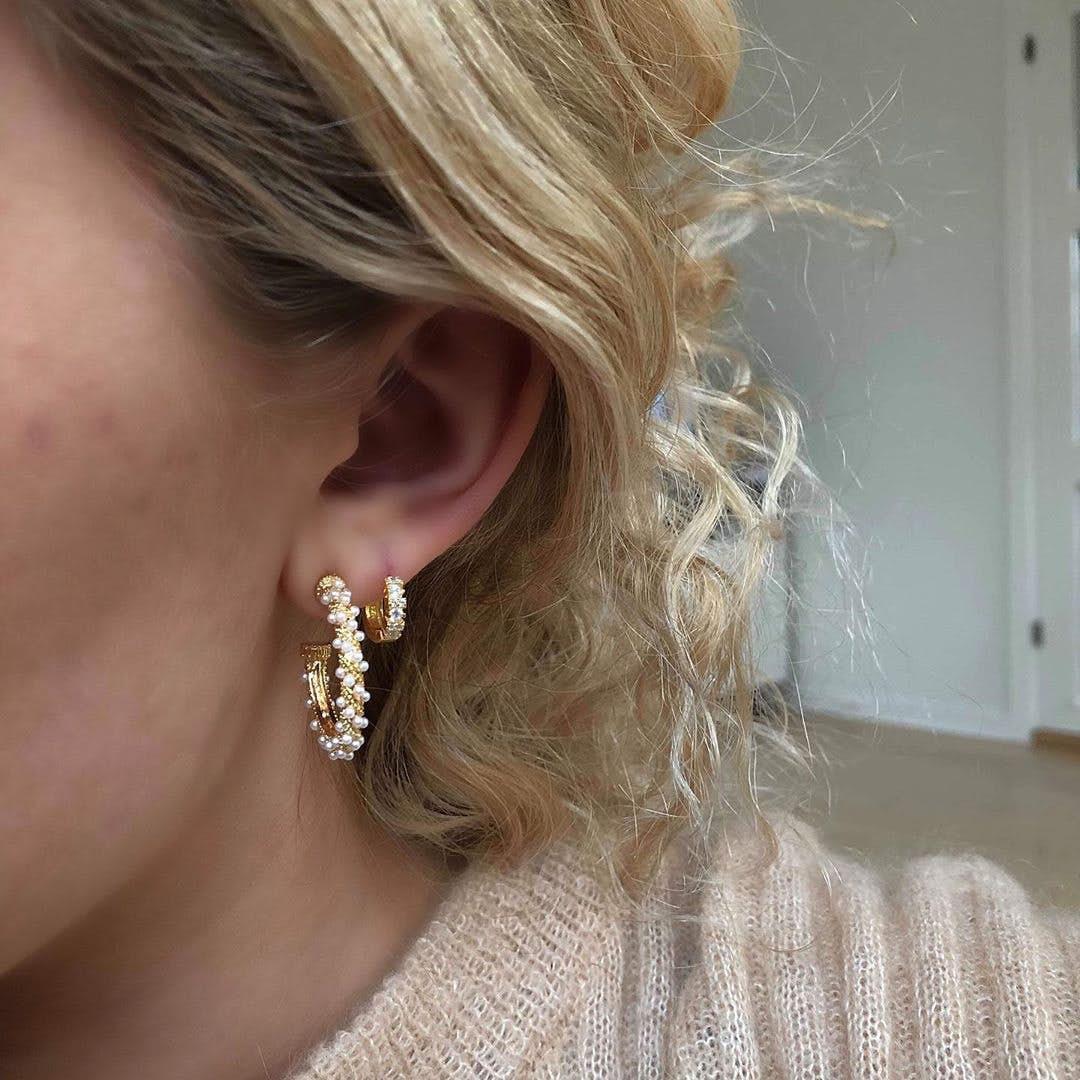 Akoya earrings fra Pico i Forgyldt Messing