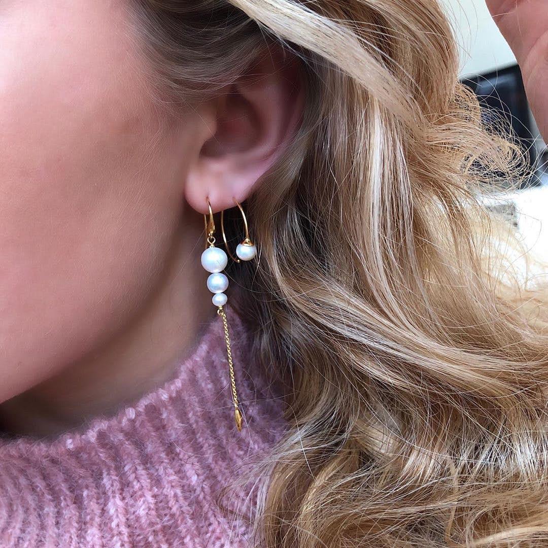 Miss Pearl medium creols White fra Izabel Camille i Forgyldt-Sølv Sterling 925