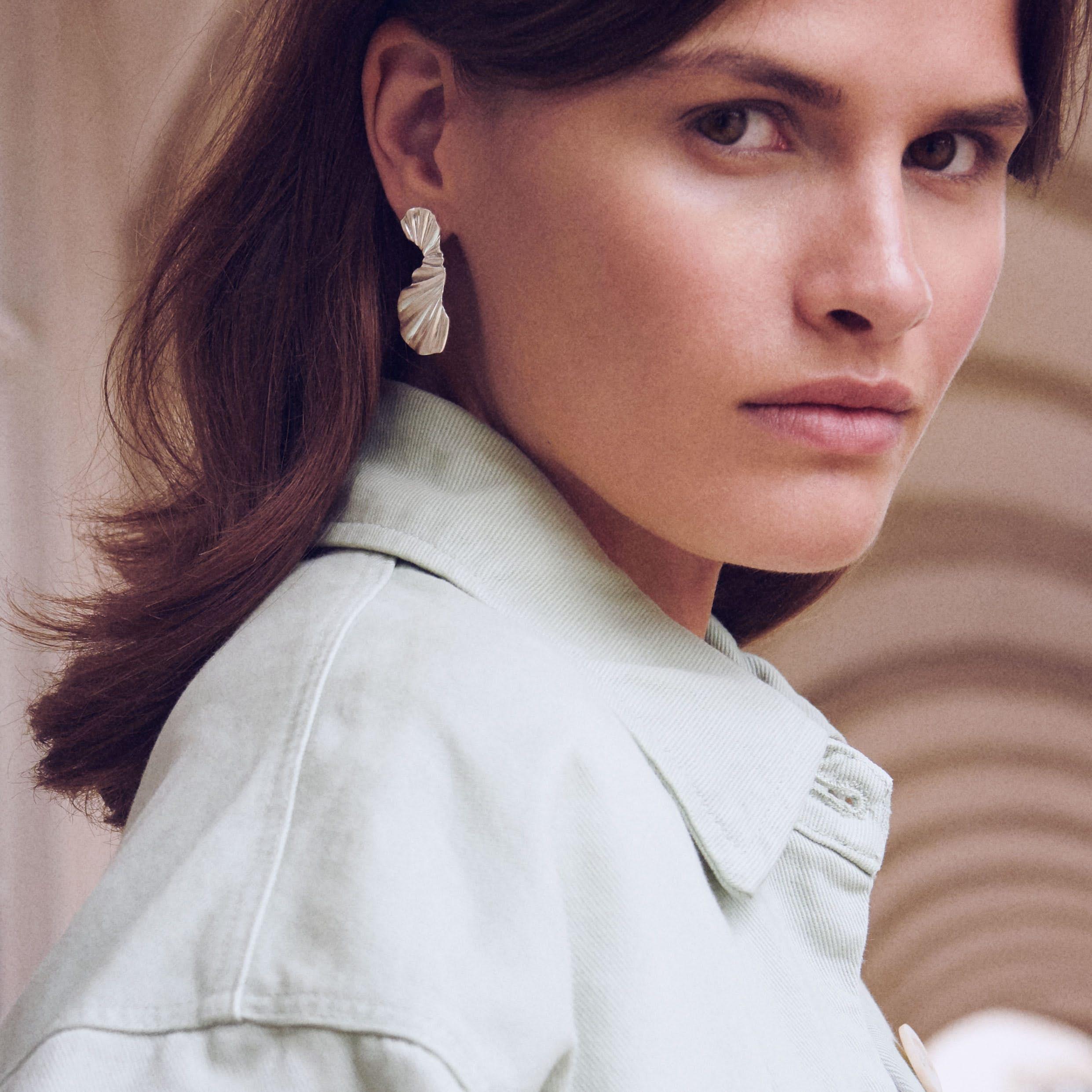 Big Wave Earrings fra Enamel Copenhagen i Forgylt-Sølv Sterling 925