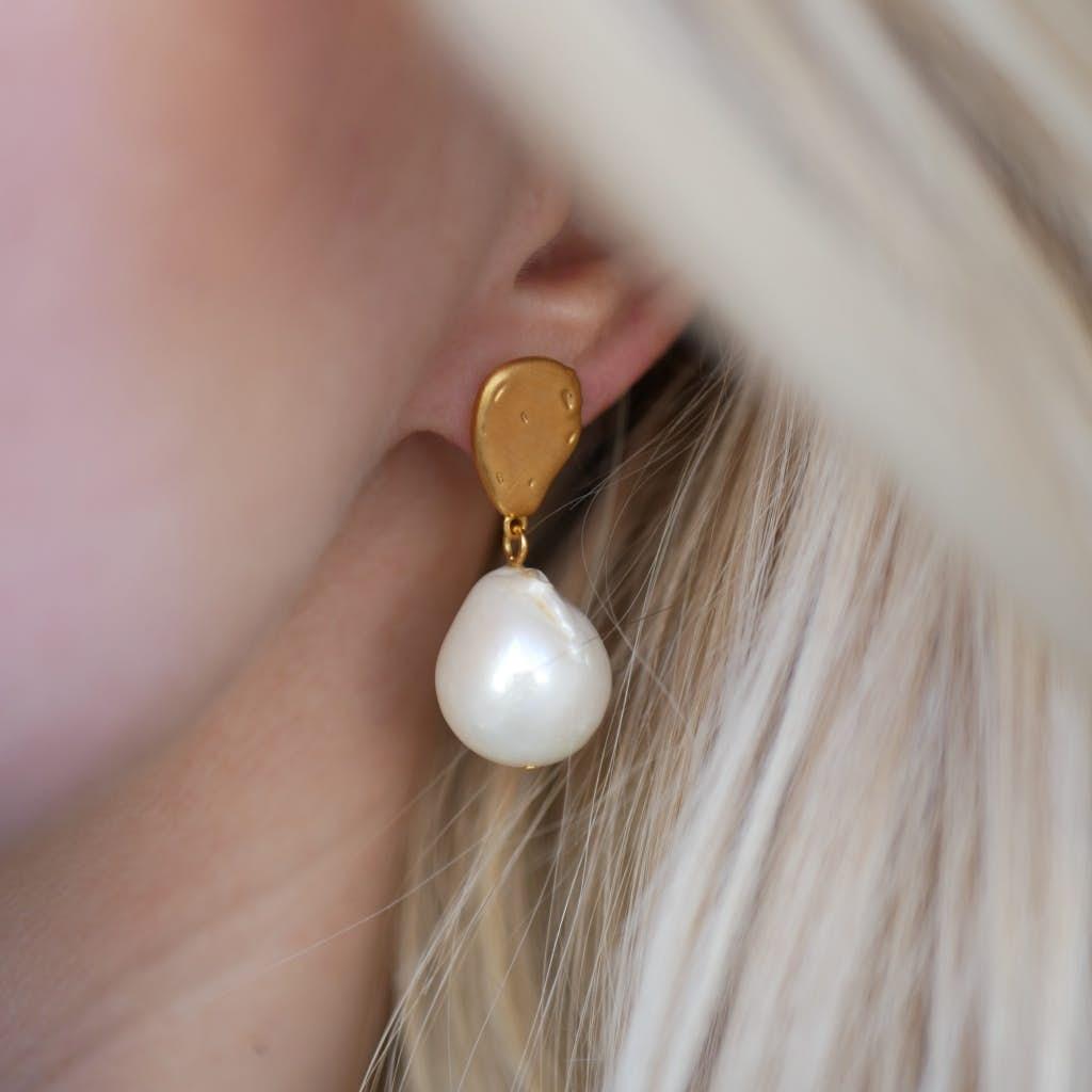 Baroque Pearl earrings från Enamel Copenhagen i Förgyllt-Silver Sterling 925