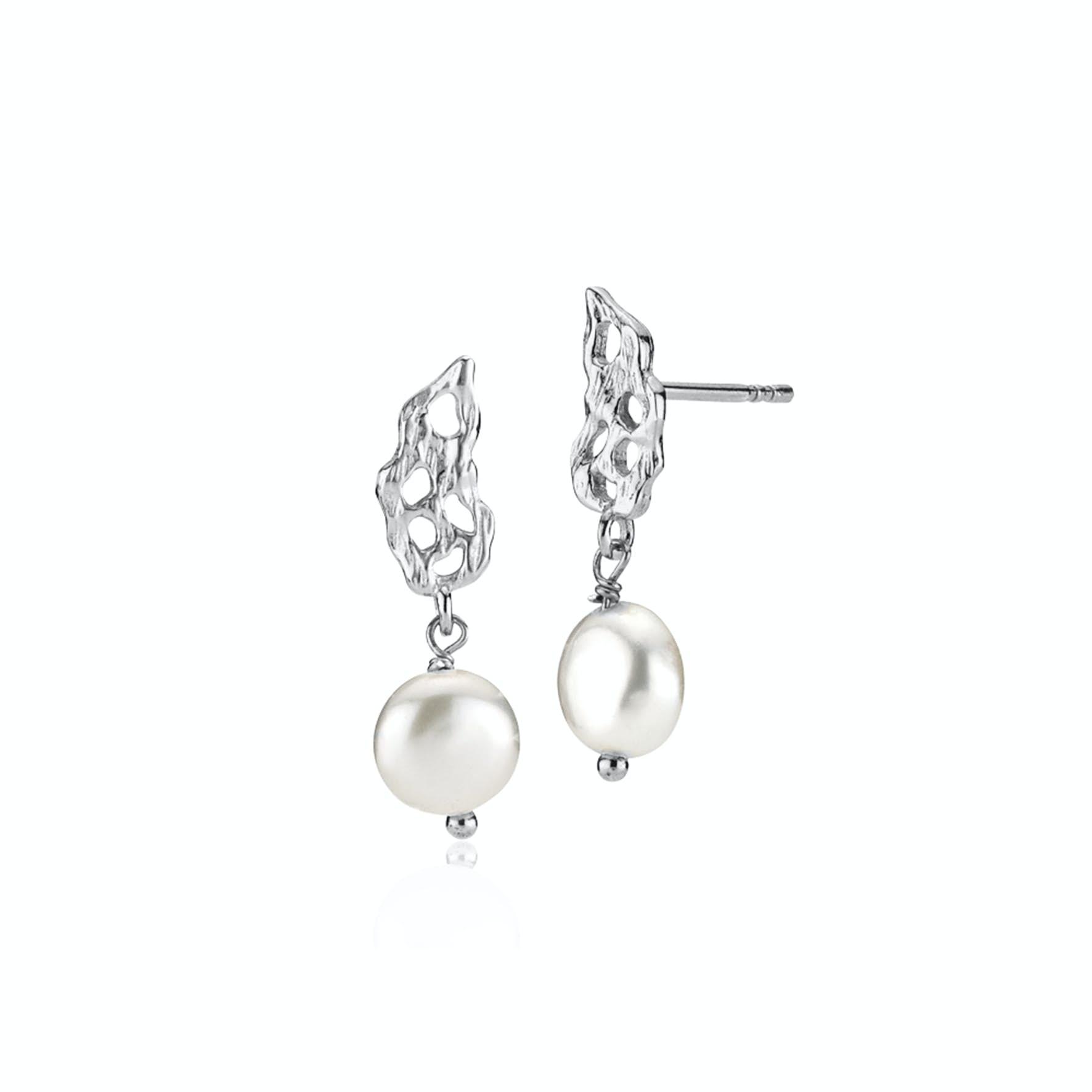 Holly Pearl Earrings fra Izabel Camille i Sølv Sterling 925