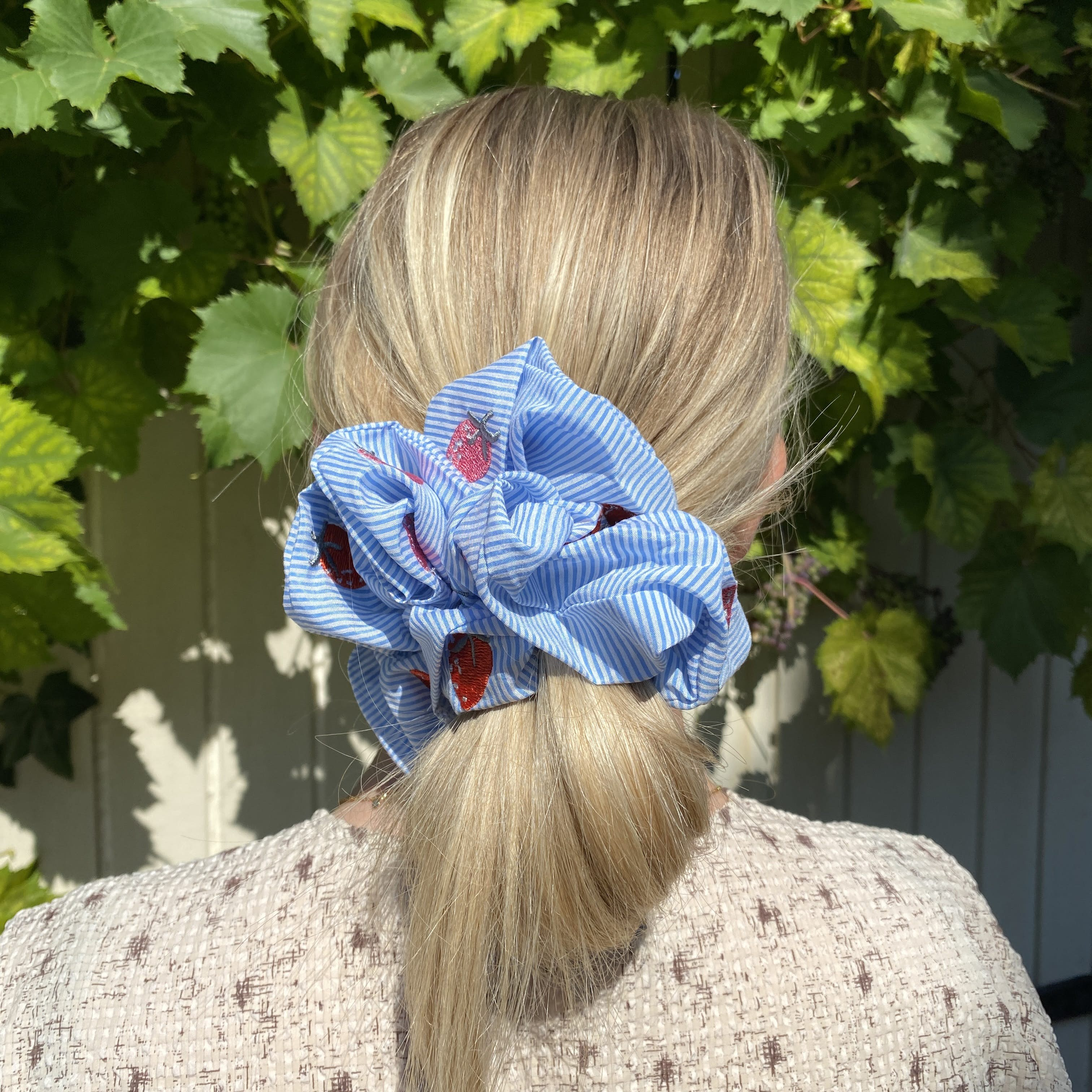 Lina Scrunchie Light Blue Stripe fra Maanesten i Polyester