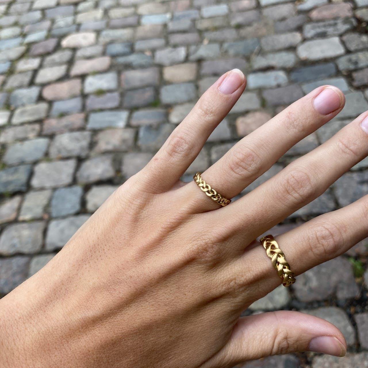 Medium Braided Ring fra Jane Kønig i Forgylt-Sølv Sterling 925