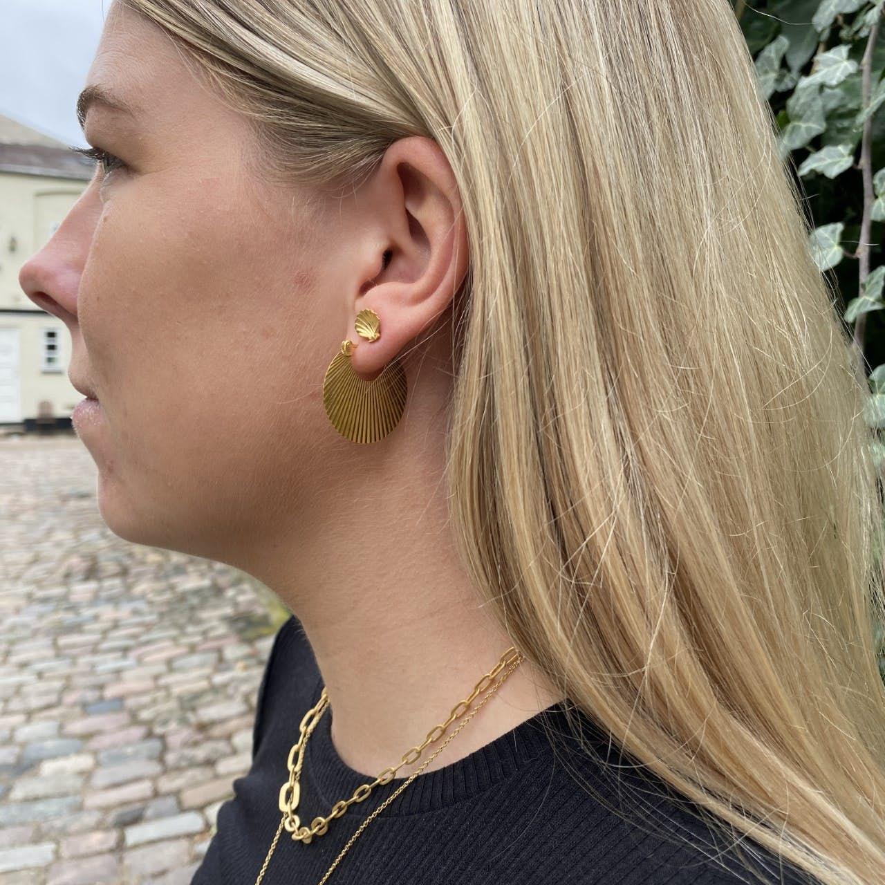 Salon Scallop Earstud Back von Jane Kønig in Vergoldet-Silber Sterling 925