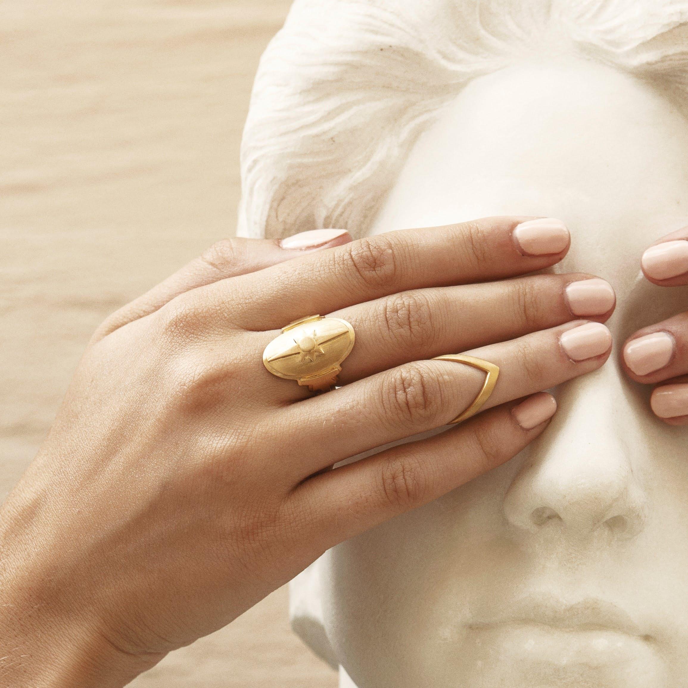 Shield Ring von Jane Kønig in Silber Sterling 925