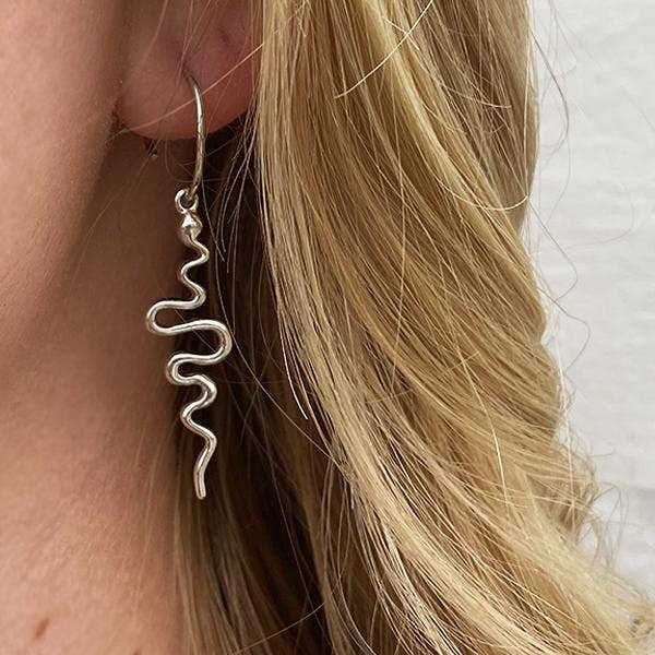 Young One Snake Creol Earrings Long von Sistie in Vergoldet-Silber Sterling 925